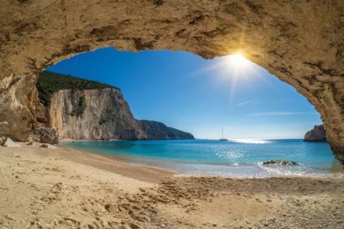 a vela in grecia cave