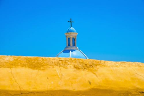 a vela in grecia yellow